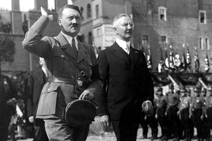 Adolf Hitler (trái) và nhà kinh tế thiên tả Hjalmar Schacht (phải).