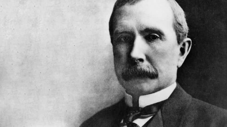 Tỉ phú giàu nhất mọi thời đại Rockefeller từng là nạn nhân của Antitrust.
